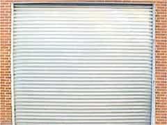 porta de aço quadriculada branca
